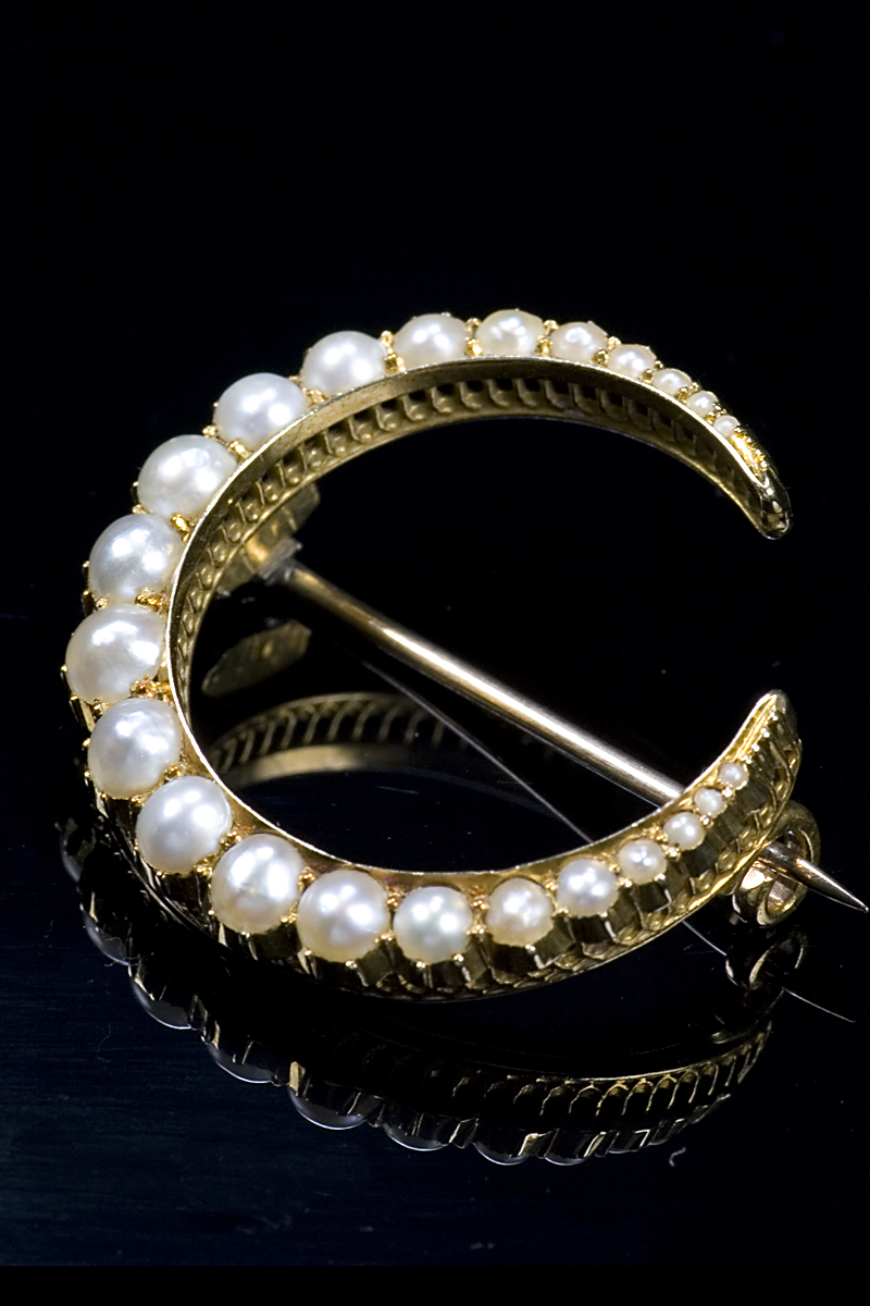 e11-pearl-crescent-brooch-001